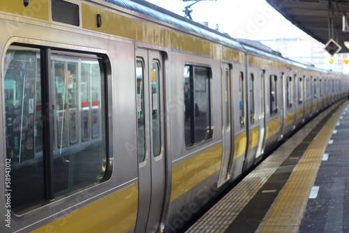 プラットフォームの黄色の電車