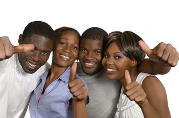 Vier afrikanische Freunde halten Daumen hoch