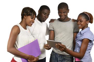 Vier afrikanische Freunde betrachten Tablet PC