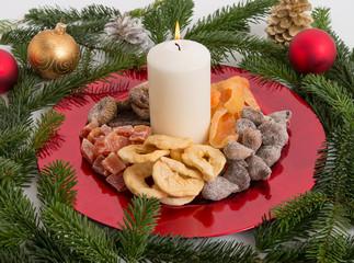 Weihnachtsteller mit Kerze und Dörrobst