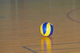 ballon de volley sur parquet