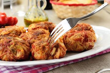 Involtini di verza ripieni di carne al pomodoro