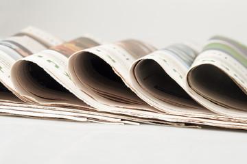 Zeitungen übereinander gelegt