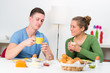 studenten beim frühstück