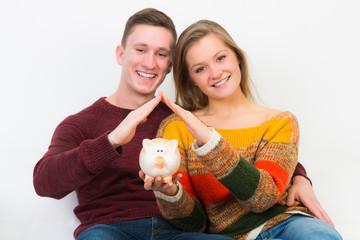junges paar spart für eigenheim