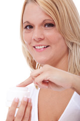 Attraktive Frau nutzt Feuchtigkeitscreme