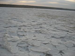 Озеро полностью покрытое соляными пластинами