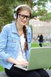 Teenager mit Computer hört Musik