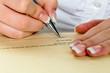 Hand mit Füllfeder unterschreibt Vertrag
