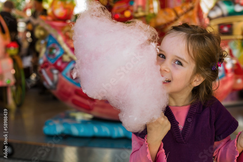 Leinwanddruck Bild Kind mit Zuckerwatte