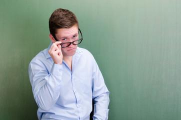 student schaut über seine brille
