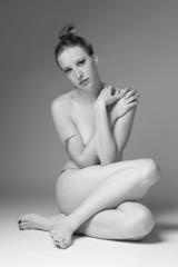 Jeune femme nue assise de coté noir et blanc