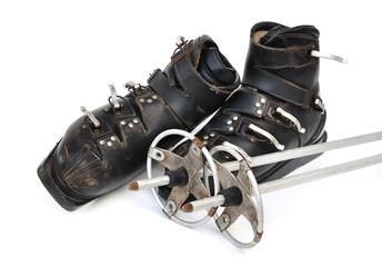 anciennes chaussures et bâtons de ski