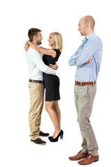 junger erwachsener mann eifersüchtig auf verliebtes paar