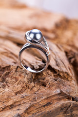 eleganter silber ring mit großer perle in grau