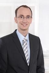 Portrait - junger Geschäftsmann in Anzug und Krawatte