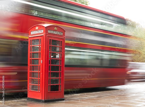 Foto op Canvas Londen rode bus Red Phone cabine and bus in London.