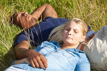 Paar genießt die Sommersonne