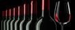 Постер, плакат: Weinflaschenreihe mit Glas