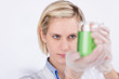 junge frau führt ein chemisches experiment durch
