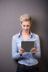 frau liest nachrichten am tablet