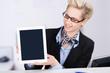 mitarbeiterin am info-counter zeigt tablet