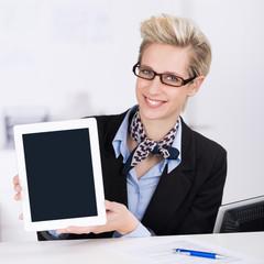 mitarbeiterin zeigt information am tablet