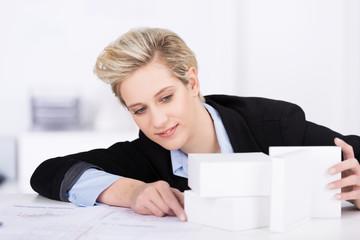 architektin arbeitet an einem model