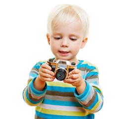 Kind schaut auf Display einer Kamera