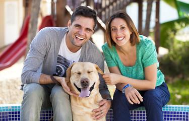 Coppia felice con il loro cane nel parco