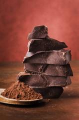 pezzi di cioccolato con cacao in polvere