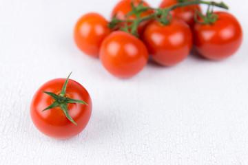 tomaten auf weißen holzbrett