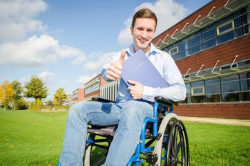 junger erfolgreicher Rollstuhlfahrer