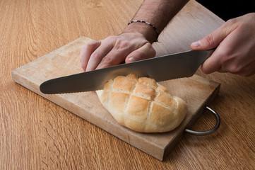 Pane da tagliare su tavolo di legno