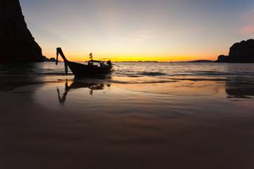 coucher de soleil sur plage de railay,  krabi, thaïlande