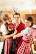 Leute in Bayerischer Tracht in Wirtschaft