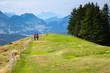 Coppia che passegia tra le alpi Svizzere