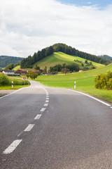 Strada tra i pascoli svizzeri