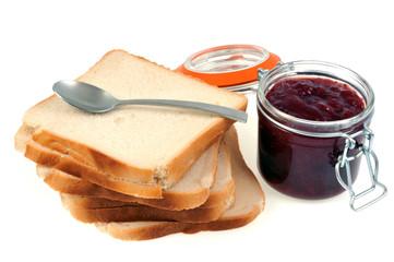 Confiture de fraise et tranches de pain de mie