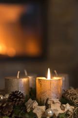 Brennende Kerze an einem Adventskranz