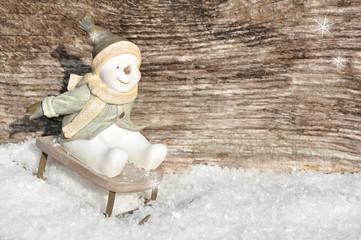 Lustiger Schneemann rodelt-freiraum