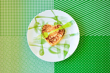 Heart on a plate, green, горизонтальный