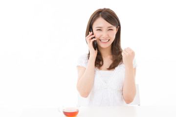 電話をする女性