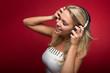 canvas print picture - Blonde Frau genießt die Musik aus Kopfhörern