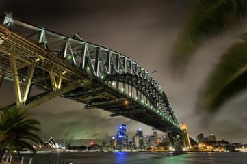 Harbourbridge mit der Oper in Sydney bei Nacht