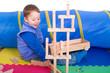 Kleiner Junge baut mit Holzklötzern