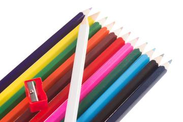 Buntstifte mit Spitzer isoliert