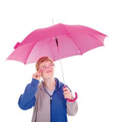 Teenager mit rosa Brille und Regenschirm