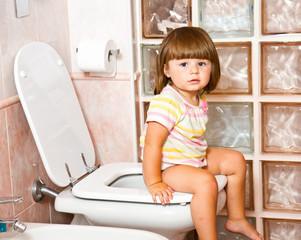 bambina alla toilette