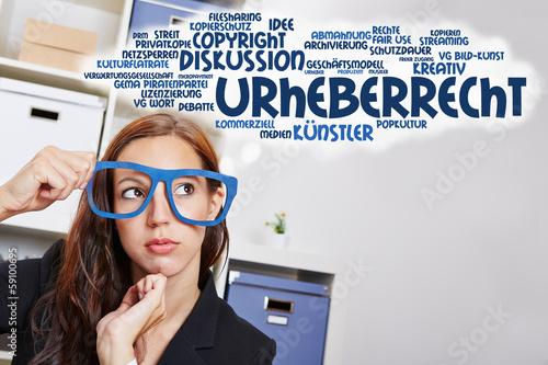Frau denkt an Urheberrecht